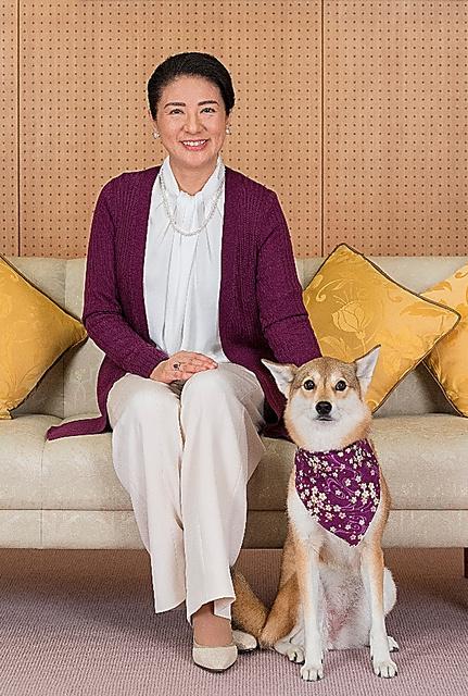 雅子さまと愛犬の「由莉(ゆり)」=4日、東宮御所、宮内庁提供