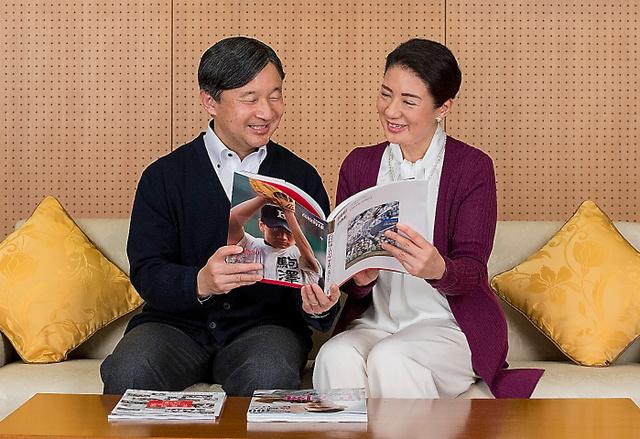 高校野球の書籍を手に話す皇太子さまと雅子さま=4日、東京・元赤坂の東宮御所、宮内庁提供