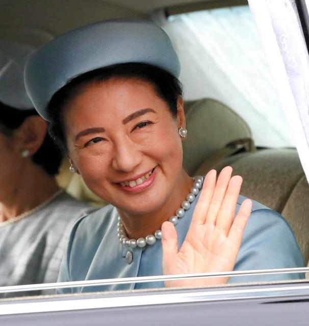 誕生日のあいさつのため、皇居に入る雅子さま。華やかなパールの耳飾りとネックレスが目を引いた=2018年12月9日、皇居・半蔵門