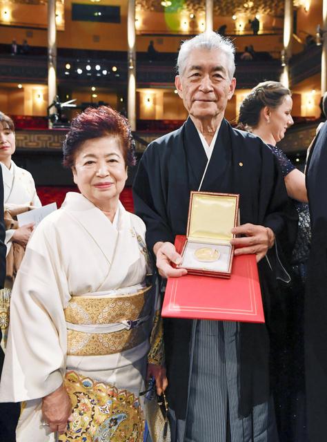 ノーベル賞授賞式を終え、医学生理学賞のメダルを手に笑顔の本庶佑・京都大特別教授と妻の滋子さん=10日、ストックホルム、代表撮影