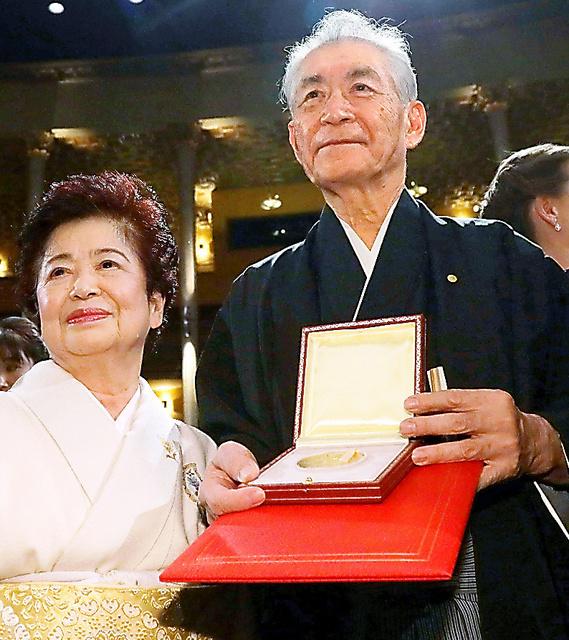 授賞式を終え、メダルと賞状を手に記念写真に納まる本庶佑・京都大特別教授(右)。左は妻の滋子さん=10日、ストックホルム、代表撮影