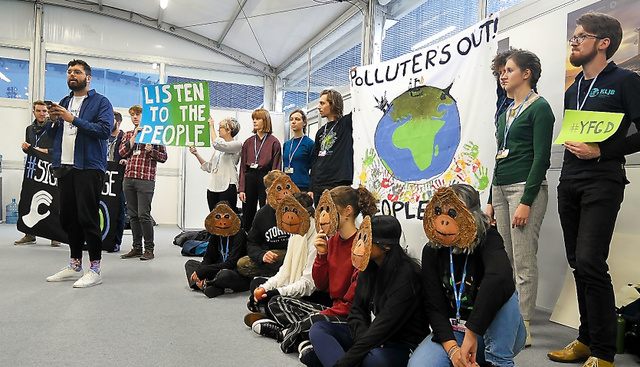 COP24参加者に「1・5度未満の世界を求める」と呼びかける若者のグループ