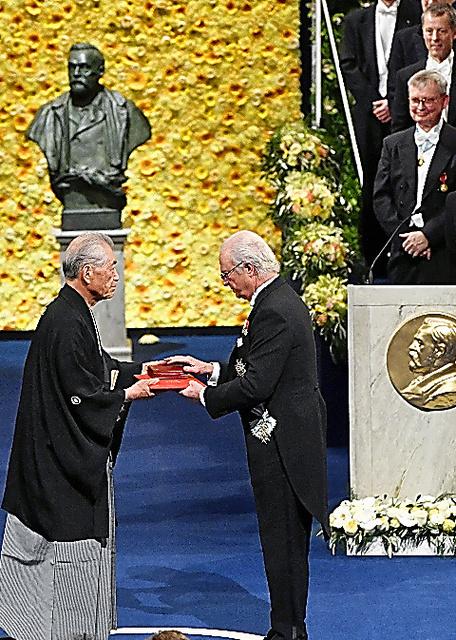 スウェーデンの国王(右)からメダルと賞状を受け取る本庶さん=10日、ストックホルム、代表撮影