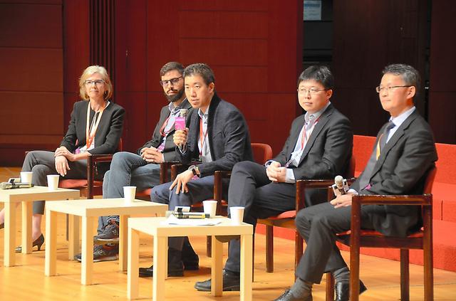 会議の出席者からの質問に答える米ブロード研究所のデビッド・リュー氏(中央)ら=11月27日、香港大学