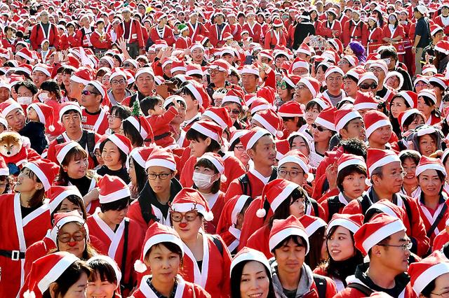 大阪で開かれた「サンタラン」。参加者はサンタクロース姿で一斉にスタートした=2日、大阪市中央区、井手さゆり撮影