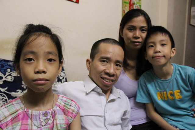 グエン・ドクさん(中央)と妻のテュエンさん。双子の長女アインダオちゃんと長男フーシー君とともに=ベトナム・ホーチミン、鈴木暁子撮影