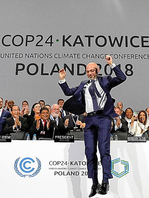 パリ協定の運用ルールが採択され喜ぶCOP24のミハウ・クリティカ議長=15日、ポーランド南部カトビツェ、ロイター