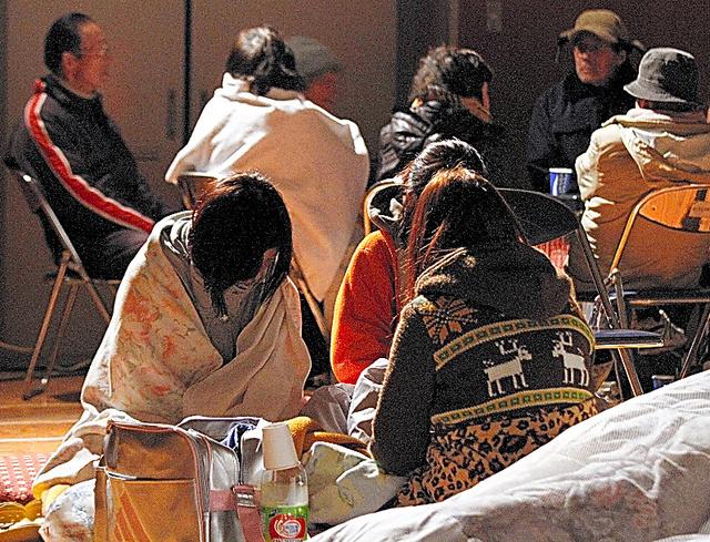 地震や津波を逃れて小学校の体育館に避難してきた人たち=2011年3月11日、福島県浪江町、関田航撮影