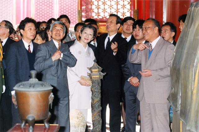 故宮博物院内を視察する天皇、皇后両陛下=1992年10月25日、中国・北京市