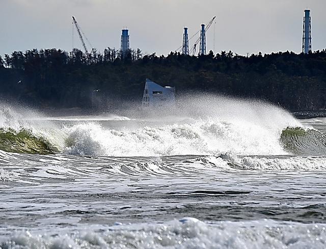 福島県浪江町東部の請戸地区の海岸からは、東京電力福島第一原発の排気筒がはっきり見える=福留庸友撮影