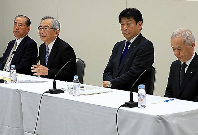記者会見する(左から)東京電力ホールディングスの数土文夫氏、川村隆氏、小早川智明氏、広瀬直己氏=2017年4月