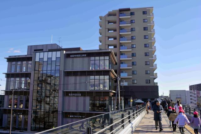 名取駅前地区再開発ビル。左手前が北棟、奥が南棟、右が駅からのペデストリアンデッキ=宮城県名取市増田4丁目
