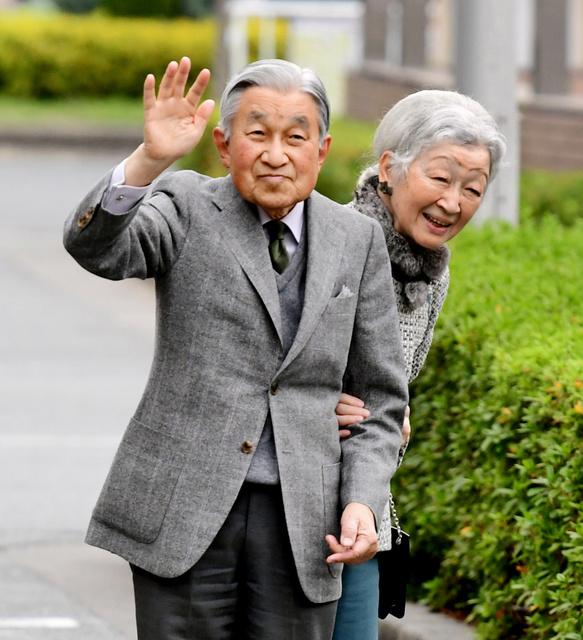 私的旅行で静岡県を訪れ、JR浜松駅で集まった人たちに手を振る天皇陛下と皇后さま=2018年11月28日、静岡県浜松市、山本裕之撮影