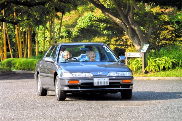 愛車インテグラを運転する天皇陛下と、助手席に同乗する皇后さま(2013年9月22日、皇居・東御苑、宮内庁提供)