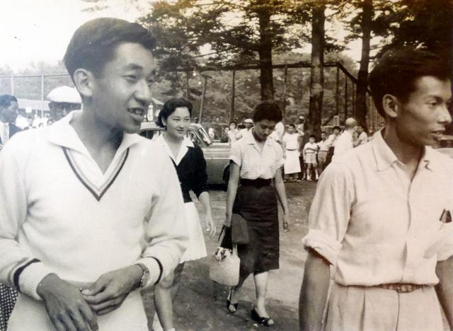 織田和雄さん(右)と歩く皇太子時代の天皇陛下。後ろには皇后さまの姿も(1958年8月、長野県軽井沢町、織田さん提供)