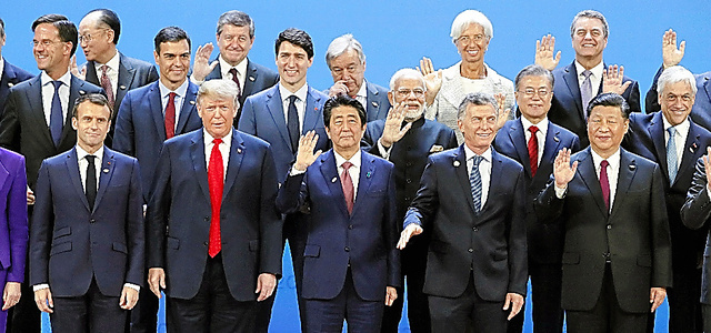 G20の記念撮影に臨む安倍晋三首相ら=11月、ブエノスアイレス
