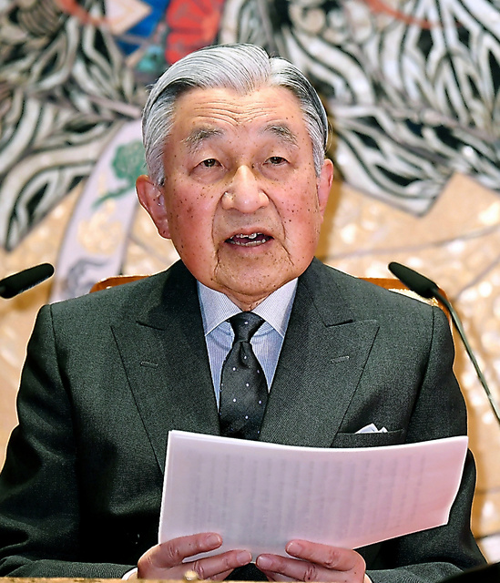 85歳の誕生日を前に記者会見に臨む天皇陛下=20日、皇居・宮殿「石橋の間」、代表撮影