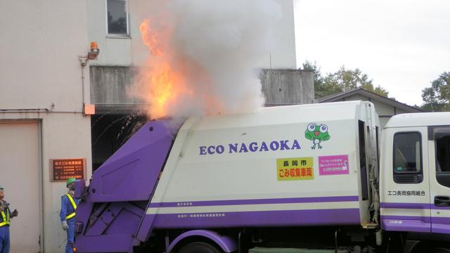 火災が起きたごみ収集車。ごみの中にスプレー缶やライターなどがあったという=2015年10月、長岡市提供