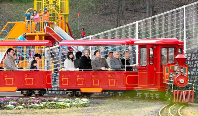 こどもの国でミニSLに乗り、笑顔を見せる天皇、皇后両陛下、皇太子ご夫妻、秋篠宮ご一家、黒田慶樹さん、清子さん夫妻=2009年12月19日、横浜市青葉区