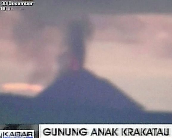 22日、アナククラカタウ島が噴火する様子。テレビ局の映像から=AP