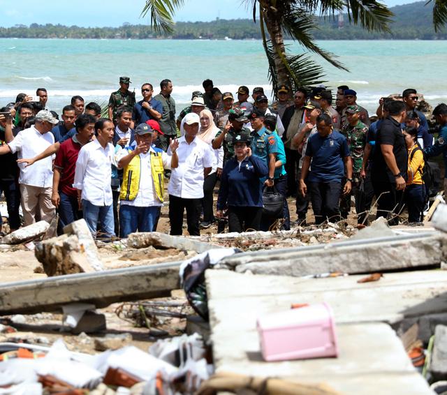 津波で大きな被害を受けた海沿いの宿泊コテージを視察するジョコ大統領(手前左)ら=2018年12月24日午前10時55分、ジャワ島西部チャリタ、野上英文撮影