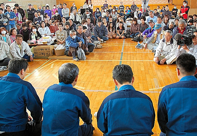 避難所の床に正座し、住民におわびする東京電力の清水正孝社長(左から2番目)=2011年5月4日、福島県二本松市、中川透撮影