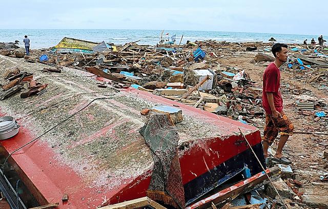 海岸沿いにあった家はほとんどが倒壊した=24日、スマトラ島南部ワイムリティムール、守真弓撮影