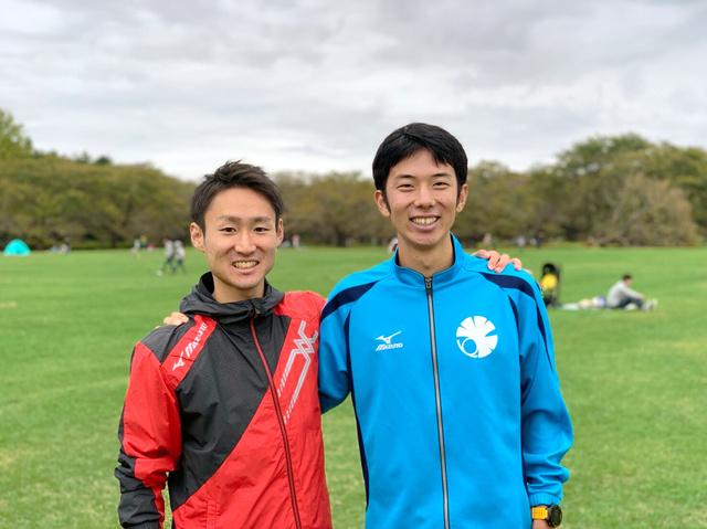 2018年10月の箱根駅伝予選会を走りきり、笑顔を見せる上智大の外山正一郎(左)と東大の近藤秀一