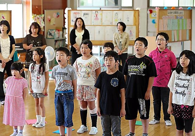 避難先の仮設校舎で校歌を歌う浪江町立小学校の児童=2013年7月、福島県二本松市、長島一浩撮影
