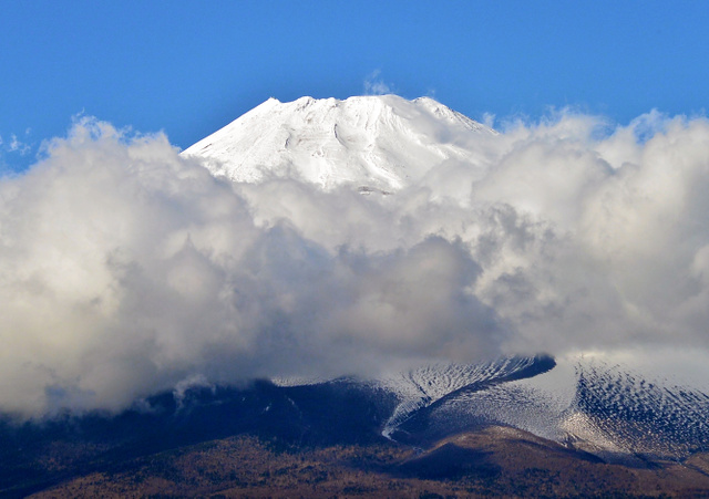 黒岳山頂から撮影した富士山。2時間待って、山頂がのぞいたのはこのときだけだった