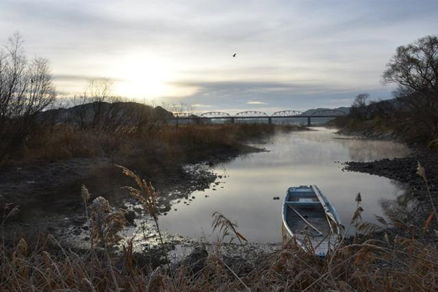 霧枯れの四万十川 雲から覗く朝日と赤鉄橋 写真/森 千里