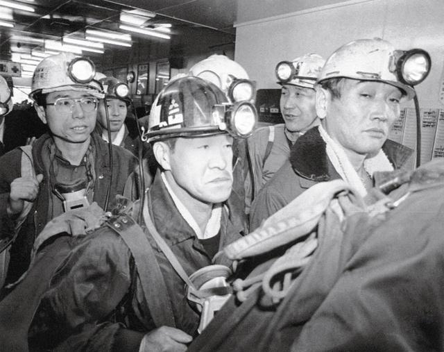 最後に残った三菱南大夕張炭鉱で入坑を待つ坑内員たち=1990年2月