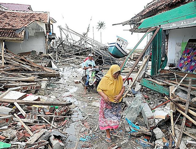 多くの家屋が損壊した漁村スンブルジャヤ。船が海から数百メートル内陸の住宅地に打ち上げられていた=28日、野上英文撮影