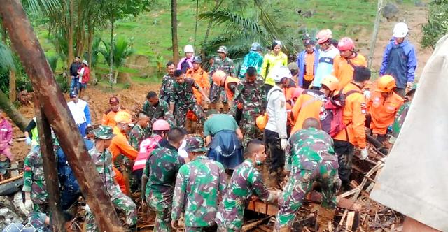 インドネシアのジャワ島西部スカブミで大規模な土砂崩れが起き、多数の住民が死傷した(インドネシア国家防災庁提供)