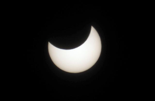 札幌市で確認された部分日食=6日午前10時16分、札幌市中央区、豊間根功智撮影