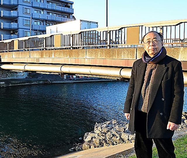 山崎博昭が亡くなった現場・弁天橋のたもとに立つ佐々木幹郎。月命日の8日、毎月のように訪ねているという=東京都大田区