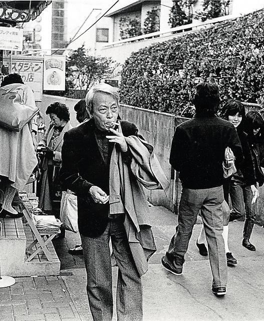 東京・渋谷を歩く吉岡=いずれも妻・陽子さん提供