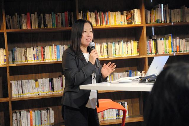 がんと就労についてイベントで話す近藤明美さん(2018年12月、東京都内、本人提供)
