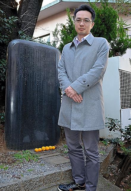 高村光太郎の詩碑のかたわらに立つ詩人の山田亮太=東京都品川区
