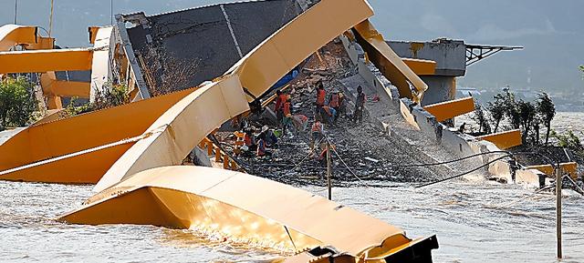 地震と津波で崩壊したパルの橋=2018年10月23日