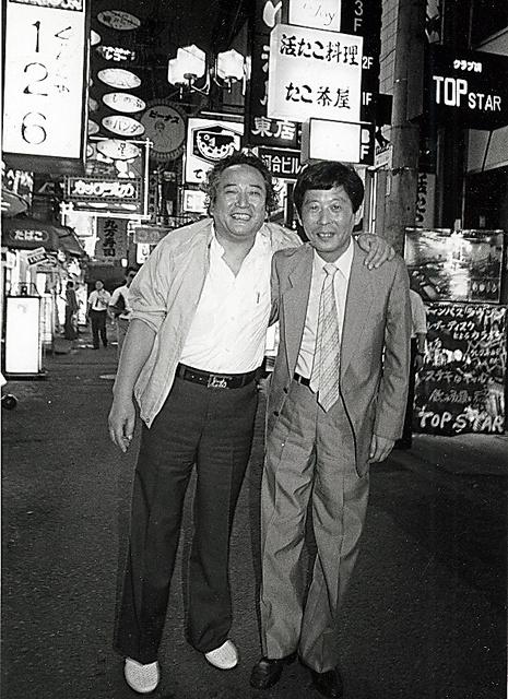 元社会部長の黒田清さんとはよく飲み歩いた=1987年、大阪・北新地、本人提供