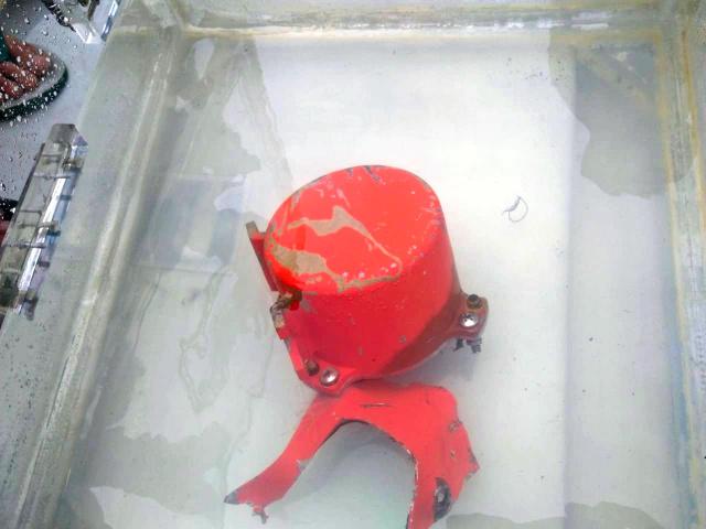 インドネシア海軍特殊部隊のダイバーらが海底から回収したボイスレコーダー(同海軍提供)