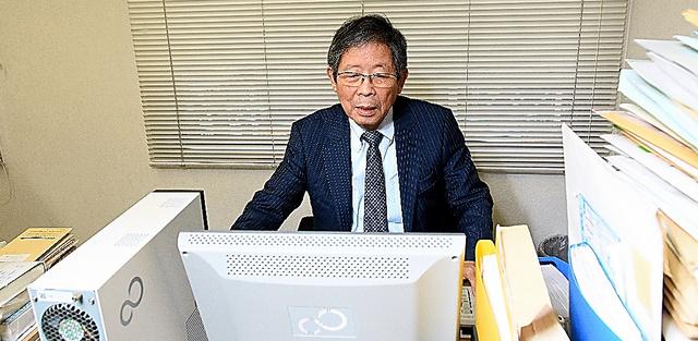 事務所には資料が山のように積まれている=大阪市北区、堀内義晃撮影