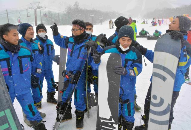 スノーボードを楽しむインドネシア人の若者たち=宮城県白石市