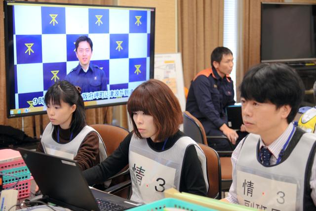 大阪市の震災訓練では、吉村洋文市長が動画で「災害モード宣言」をした=17日午前9時20分、大阪市役所、宮崎勇作撮影