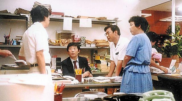 戦争展の会場には記者ブースも設けられた=1982年8月、大阪市の大丸心斎橋店、本人提供