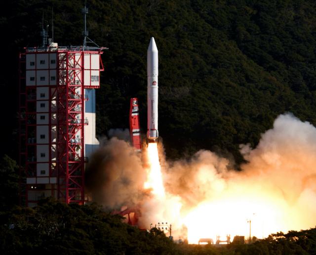 人工的に「流れ星」を発生させる超小型衛星など計7機の衛星を搭載して上昇するイプシロン4号機=2019年1月18日、鹿児島県肝付町の内之浦宇宙空間観測所、日吉健吾撮影