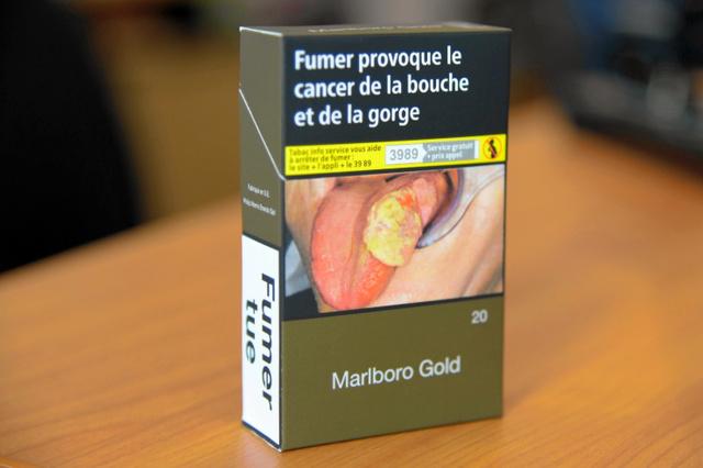 フランスのたばこ。膨れた舌の写真が載っている=疋田多揚撮影