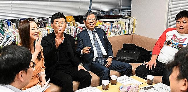 報道・情報番組の本番前。出演者らで打ち合わせ=大阪市の朝日放送テレビ、堀内義晃撮影