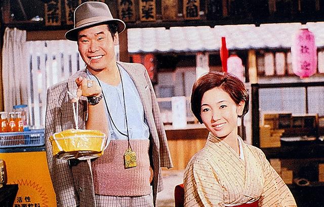 葛飾柴又を飛び出した寅さんが20年ぶりに里帰り。御前様のお嬢さん・冬子(右、光本幸子さん)が初代マドンナ=映画「男はつらいよ」第1作、松竹提供